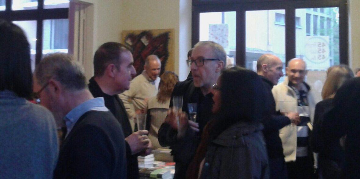 Intercambiando opiniones durante la exposición